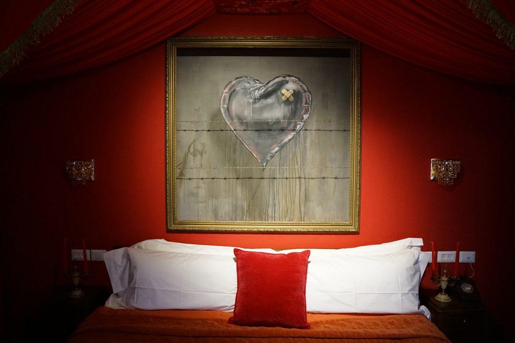 Cabecero de la habitación presidencial del Wall Off Hotel de Banksy